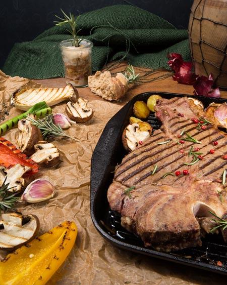 Steak mit Gemüse in Pfanne